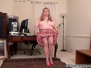 BBW milf Love Goddess gives her pantyhosed pussy a treat