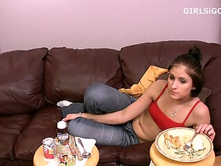Amateur porn girl eating food before fucking boyfriend