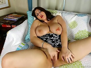 Chubby honey loves talking nasty & fucking her fat pussy