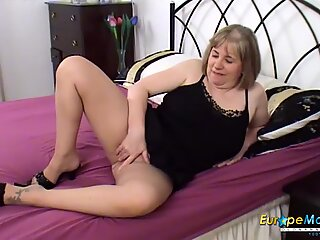 EuropeMaturE Auntie Trisha Solo Toy Masturbation